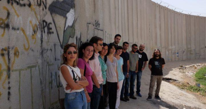 La delegació de càrrecs públics davant del Mur de l'Apartheid.